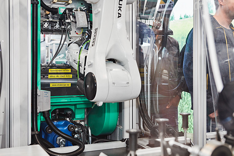 Little clearance for entry into the mould: six-axis robots perform even complex handling tasks with a high level of reliability
