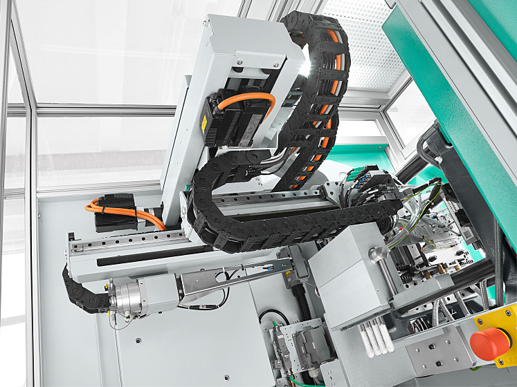 The MULTILIFT H 3+1 robotic system sets down the micro counter wheels, separated according to cavities