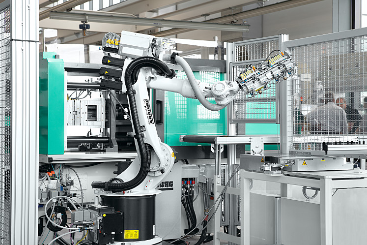 Compact and highly flexible: six-axis robotic system from Kuka
