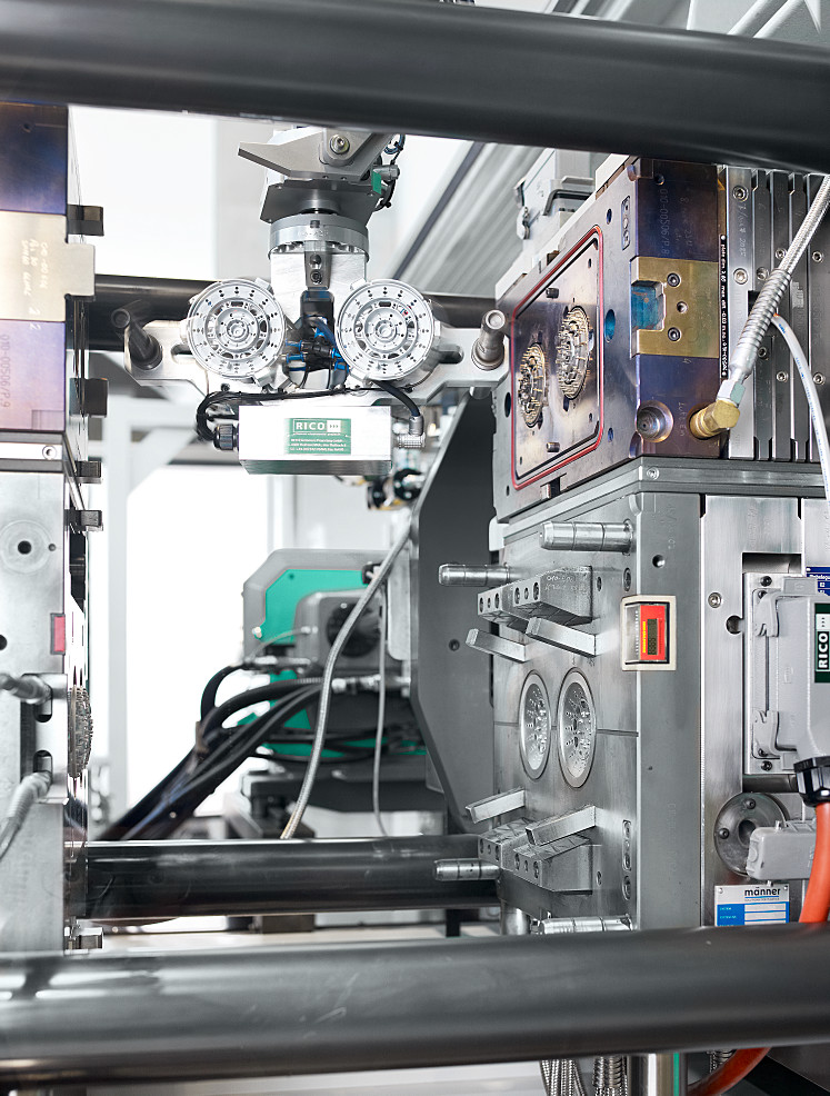 The MULTILIFT V robotic system turns the pre-moulded parts over in the mould using a removal module mounted on a rotating and folding axis