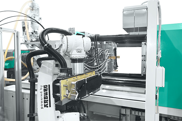 A six-axis robotic system inserts the organic sheets into the LIPA mould
