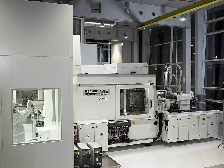 ALLROUNDER injection moulding machine cleanly docked: the downstream processes, such as quality control or packaging, are performed in the compact clean room