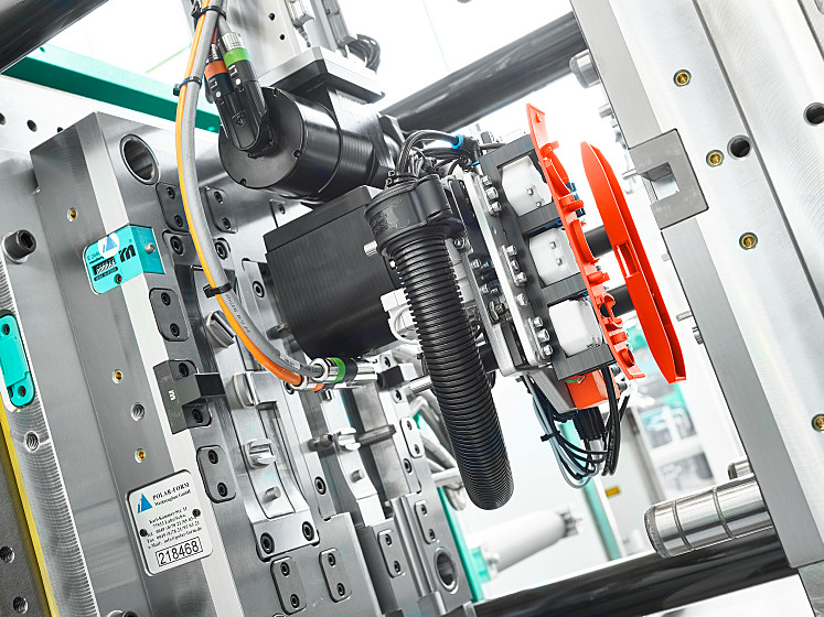 A precision MULTILIFT V 15 linear robotic system removes the moulded parts and assembles the components