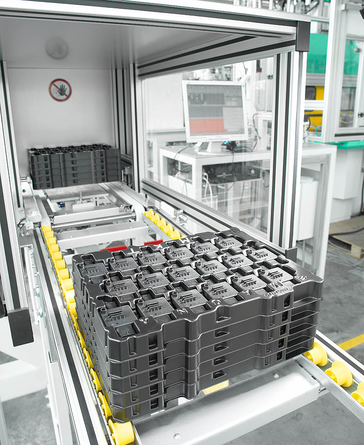 High degree of autonomy: a palletising system enables the storage of four 30-tray stacks