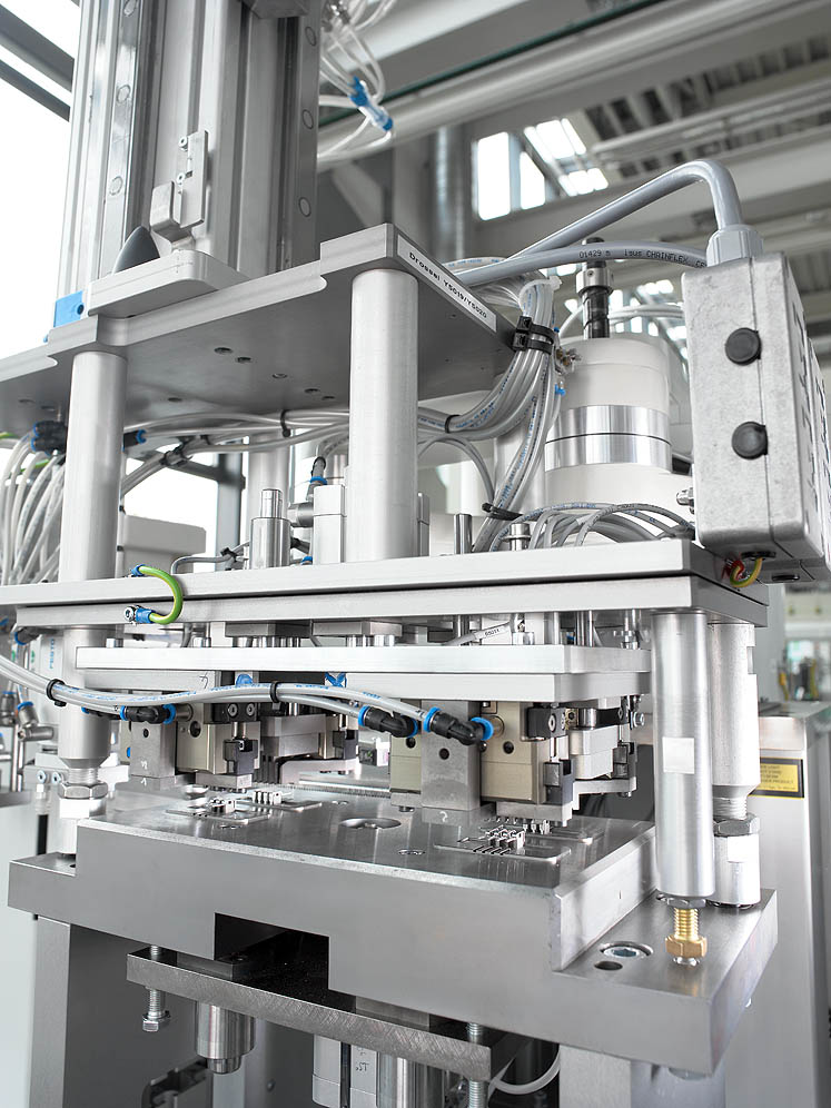 Precise handling: MULTILIFT V robotic system picks up contacts according to cavity pattern and inserts them into the mould
