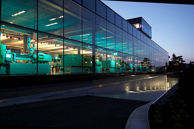 The 2,100 square metre ARBURG Customer Center at night