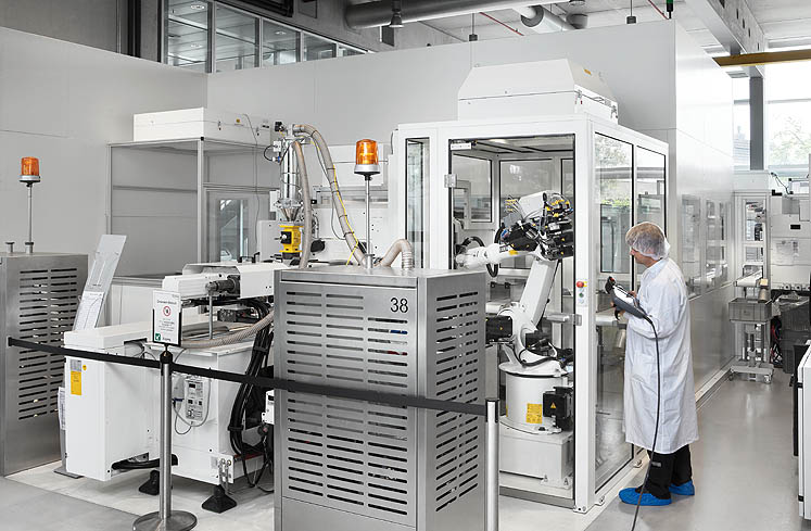 Individual clean room cells: ARBURG offers complete turnkey solutions, including all the necessary automation and clean room technology, from a single source