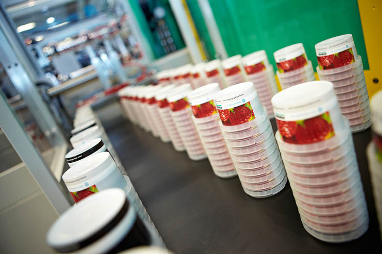 Fast, reliable, cost efficient: six labelled PP yogurt pots are produced on an electric ALLROUNDER 570 A in around 3 seconds