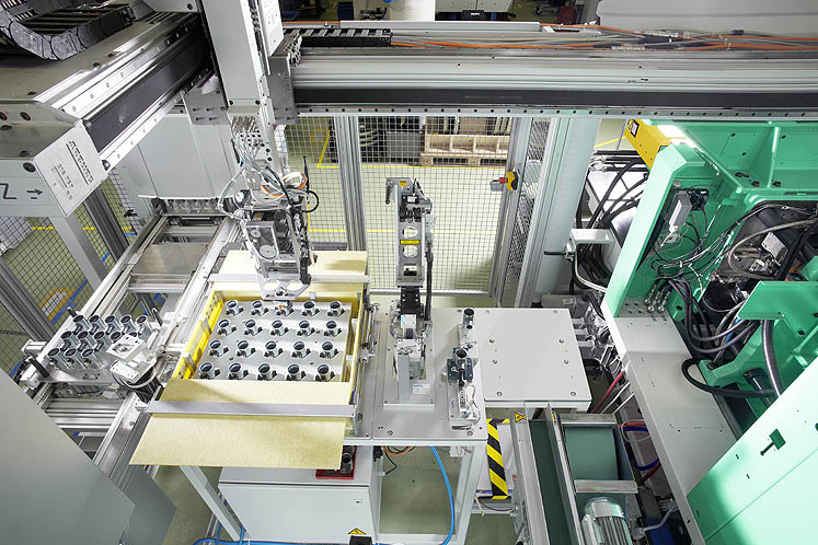 The housing for the VVT3 valve actuation system are produced in a fully automated SELOGICA-controlled production cell