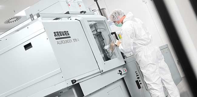 ALLROUNDER injection moulding machine in clean room conditions: the entire production process operates under identical clean room conditions